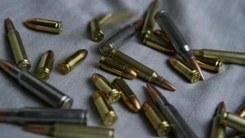 Disparo giratorio cinematográfico de balas sobre una superficie de tela - balas 099