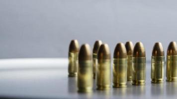 Disparo giratorio cinematográfico de balas sobre una superficie metálica - balas 029