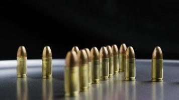 Disparo giratorio cinematográfico de balas sobre una superficie metálica - balas 034