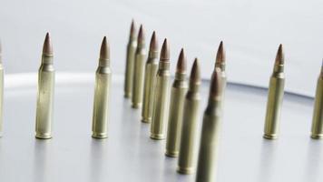 Tiro cinematográfico giratorio de balas sobre una superficie metálica - balas 059