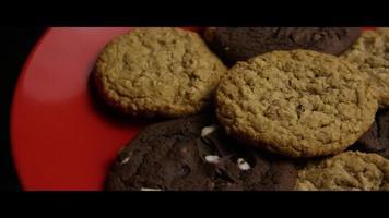 tiro cinematográfico giratório de biscoitos em um prato - biscoitos 091