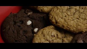tiro cinematográfico giratório de biscoitos em um prato - biscoitos 094