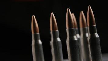 Disparo giratorio cinematográfico de balas sobre una superficie metálica - balas 015