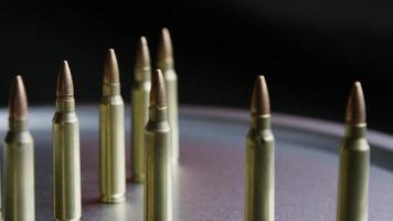 Disparo cinematográfico giratorio de balas sobre una superficie metálica - balas 066