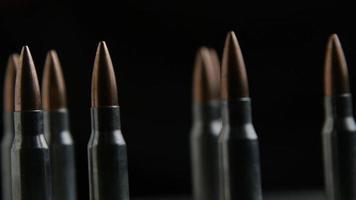 Disparo giratorio cinematográfico de balas sobre una superficie metálica - balas 018