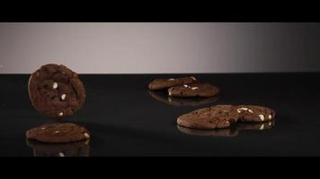 galletas que caen desde arriba sobre una superficie reflectante - cookies 205