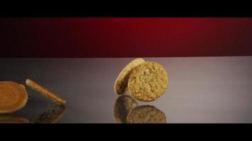 biscoitos caindo de cima em uma superfície reflexiva - biscoitos 222