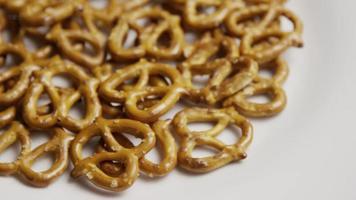 Foto giratoria de pretzels en una placa blanca - pretzels 003