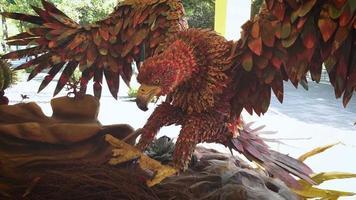decoração de águia e ninho em zoológico