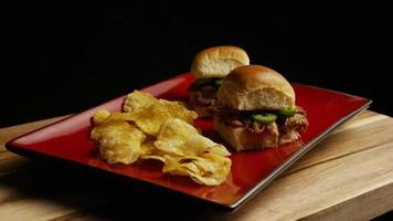 rotierende Aufnahme von köstlichen Pulled Pork Slidern - Grill 097