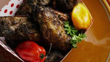 colpo rotante di deliziose ali di pollo - cibo 024