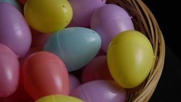 Foto giratoria de decoraciones de pascua y dulces en la colorida hierba de pascua - pascua 028