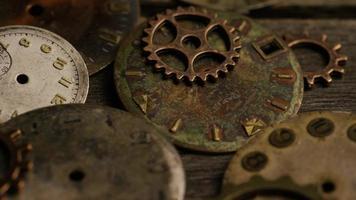 girato stock footage rotante di quadranti di orologi antichi e stagionati - quadranti 113