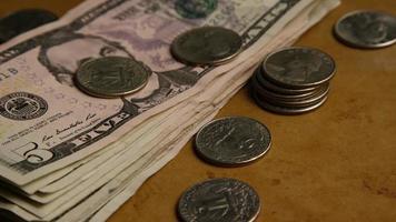 rotierender Schuss von amerikanischem Geld (Währung) - Geld 558 video