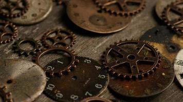 filmati stock rotanti ripresa di quadranti di orologi antichi e stagionati - quadranti 106