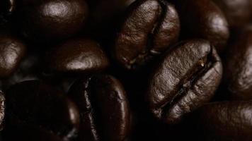 rotierender Schuss von köstlichen, gerösteten Kaffeebohnen auf einer weißen Oberfläche - Kaffeebohnen 060