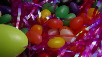colpo cinematografico e rotante di biscotti di Pasqua su un piatto - biscotti di Pasqua 027