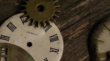 girato stock footage rotante di quadranti di orologi antichi e stagionati - quadranti 103