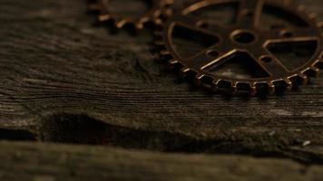 girato stock footage rotante di quadranti di orologi antichi e stagionati - quadranti 035