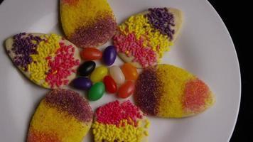 colpo cinematografico e rotante di biscotti di Pasqua su un piatto - biscotti di Pasqua 014
