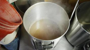 Images au ralenti de fournitures et processus de brassage à domicile de la bière - brassage de bière 034
