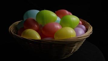Foto giratoria de decoraciones de pascua y dulces en la colorida hierba de pascua - pascua 030