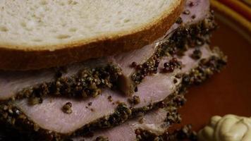 dose rotativa de delicioso sanduíche de pastrami premium ao lado de um bocado de mostarda dijon - alimento 038
