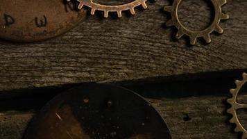 girato stock footage rotante di quadranti di orologi antichi e stagionati - quadranti 084