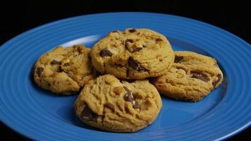 tiro cinematográfico giratório de biscoitos em um prato - biscoitos 367