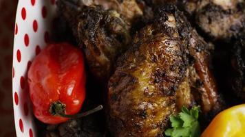 colpo rotante di deliziose ali di pollo - cibo 023