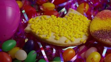 colpo cinematografico e rotante di biscotti di Pasqua su un piatto - biscotti di Pasqua 022
