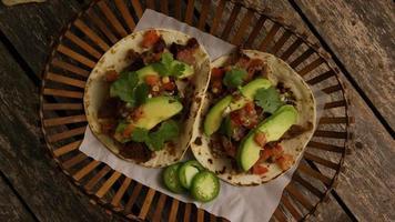 Foto giratoria de deliciosos tacos sobre una superficie de madera - barbacoa 127