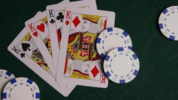 tiro giratório de cartas de pôquer e fichas de pôquer em uma superfície de feltro verde - pôquer 015 video