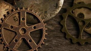 girato stock footage rotante di quadranti di orologi antichi e stagionati - quadranti 101