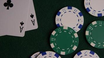 tiro giratório de cartas de pôquer e fichas de pôquer em uma superfície de feltro verde - pôquer 043 video