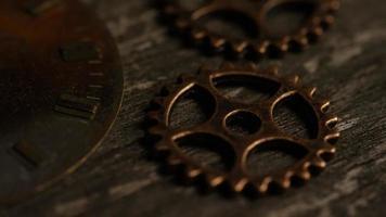 girato stock footage rotante di quadranti di orologi antichi e stagionati - quadranti 069