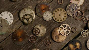 girato stock footage rotante di quadranti di orologi antichi e stagionati - quadranti 074