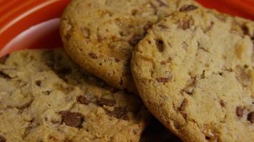 filme cinematográfico giratório de biscoitos em um prato