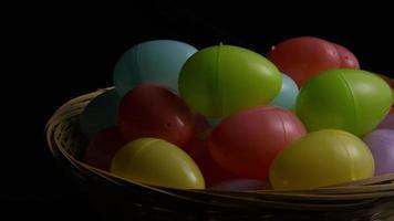 Foto giratoria de decoraciones de pascua y dulces en la colorida hierba de pascua - pascua 031