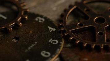 girato stock footage rotante di quadranti di orologi antichi e stagionati - quadranti 110