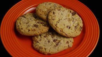 Plano cinematográfico giratorio de galletas en un plato - galletas 344