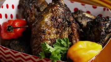 colpo rotante di deliziose ali di pollo - cibo 020