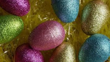 Foto giratoria de decoraciones de pascua y dulces en la colorida hierba de pascua - pascua 012
