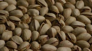 Tir cinématique et rotatif de pistaches sur une surface blanche - pistaches 014