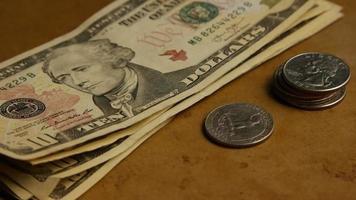 rotierender Schuss von amerikanischem Geld (Währung) - Geld 568 video