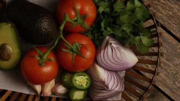colpo rotante di bellissime verdure fresche su una superficie di legno - barbecue 116