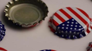 foto rotativa de tampas de garrafa com a bandeira americana impressa nelas - tampas de garrafa 013