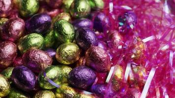 foto rotativa de doces de páscoa coloridos em uma cama de grama de páscoa - páscoa 237