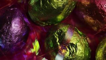 Tourné tourné de bonbons de Pâques colorés sur un lit d'herbe de Pâques - Pâques 206