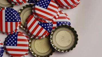 tomada rotativa de tampas de garrafa com a bandeira americana impressa nelas - tampas de garrafa 023
